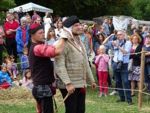 Ritter Faustus und Falk von Falkenstein beim Arbeiten mit dem Dolch